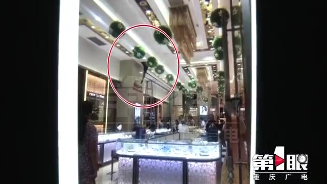 沙坪坝一男子死在珠宝店吊顶层  疑与触电有关!